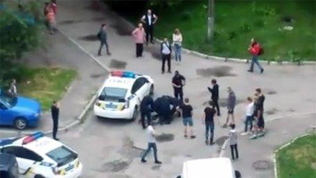 На Сыхове во Львове между патрульными и подростками возникла драка