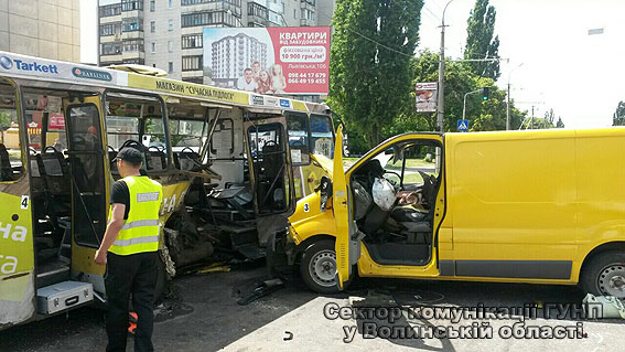В Луцке столкнулись маршрутка и микроавтобус: 11 пострадавших (ФОТО, ВИДЕО)