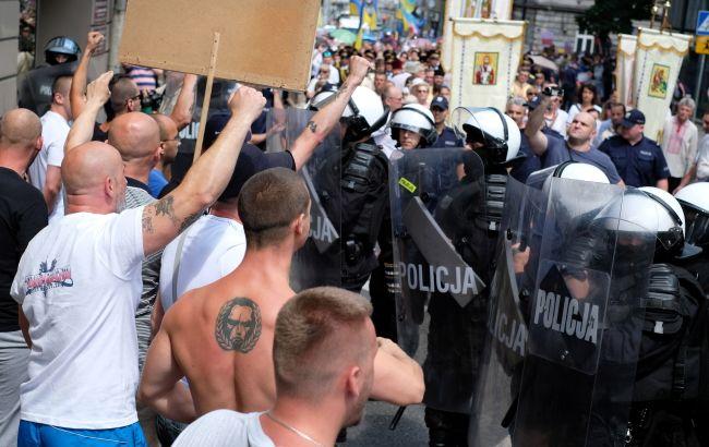 «Бандеровцы — вон из Польши» : хулиганы напали на марш украинцев (ФОТО)