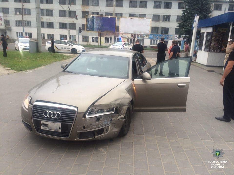 Во Львове пьяный водитель, убегая от полиции, протаранил патрульное авто: есть пострадавшие (ФОТО)