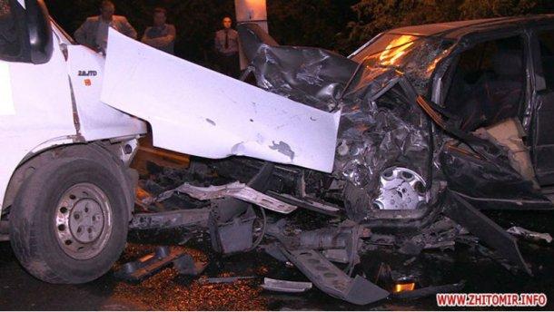 Mercedes влетел в микроавтобус: есть погибший и много раненых