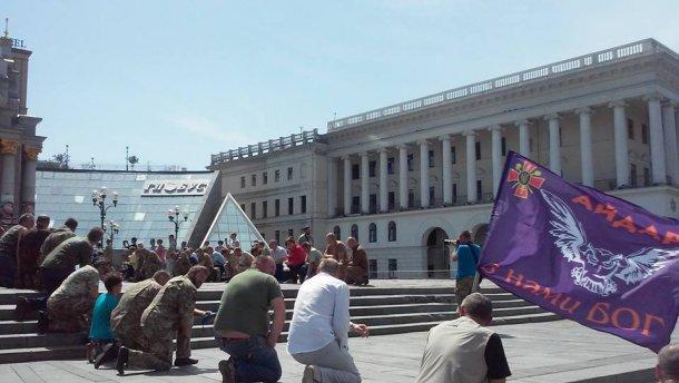 В Киеве похоронили героя. Люди на коленях в последний путь провожали бойца «Айдара» (ФОТО)