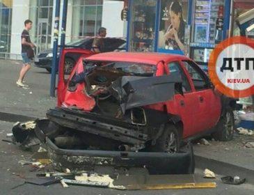 Жуткая авария в Киеве: авто влетело в остановку