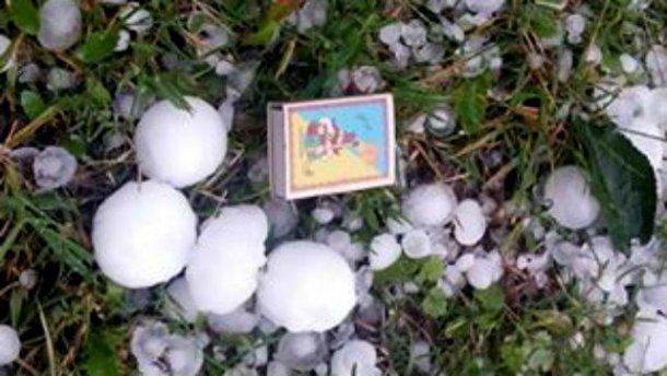 Град, размером с куриные яйца, побил дома и машины на Закарпатье (ФОТО)