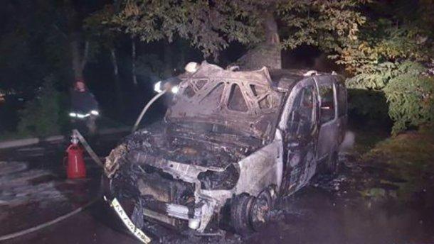 В Киеве горела автостоянка. Следствие рассматривает версию поджога (ФОТО)