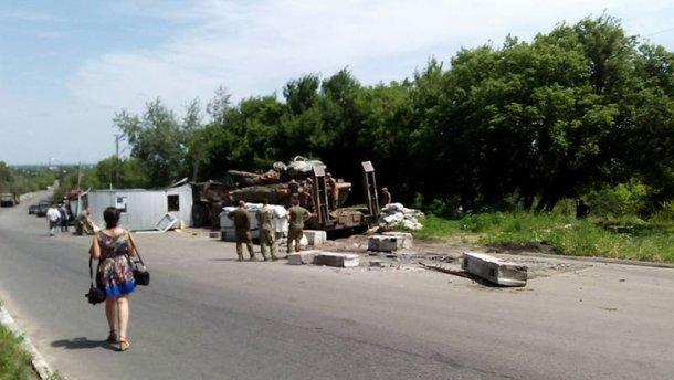 Военный тягач в зоне АТО влетел в блокпост: есть погибший (ФОТО, ВИДЕО)