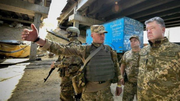 Во время поездки на передовую Порошенко попал под обстрел