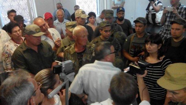 В Мариуполе столкновения в суде по делу о громком убийстве СБУшника (ФОТО, ВИДЕО)