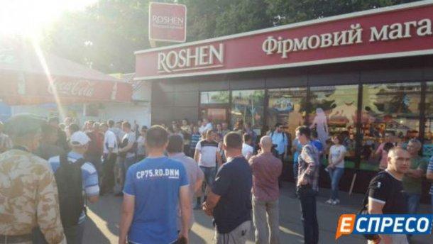 Смелый шаг: В Киеве сносят скандальный МАФ Roshen (ФОТО)