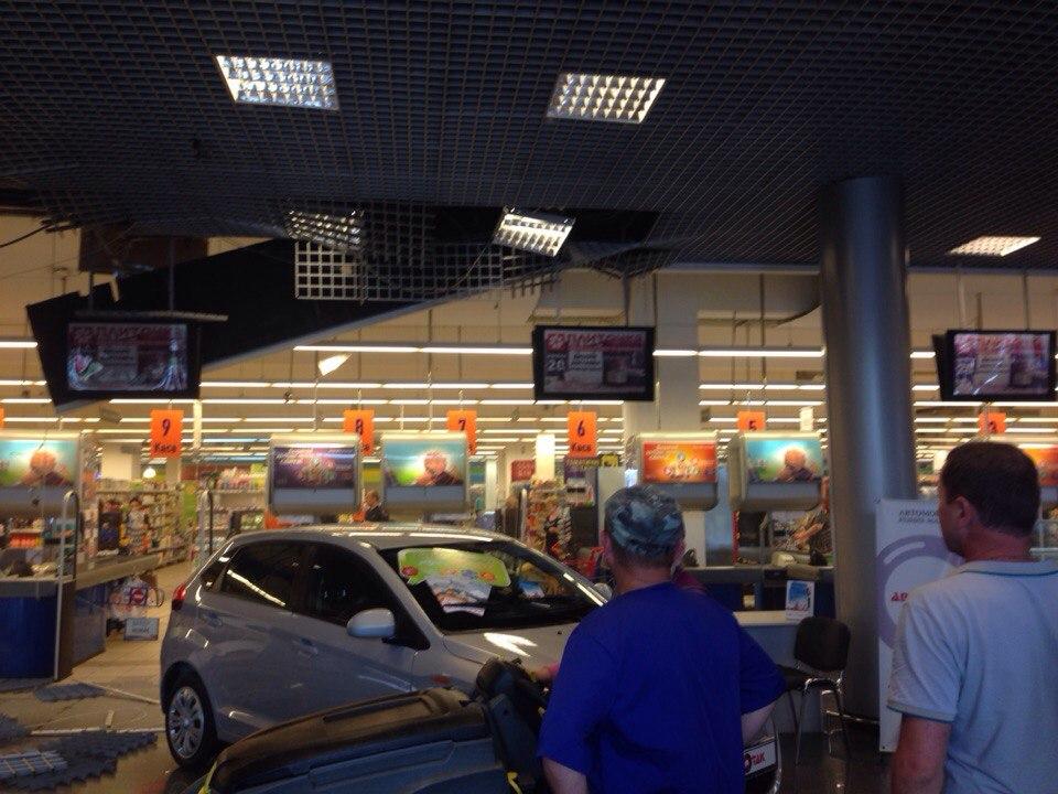 В ТЦ «ВАМ» во Львове на посетителей обрушился подвесной потолок (ФОТО)
