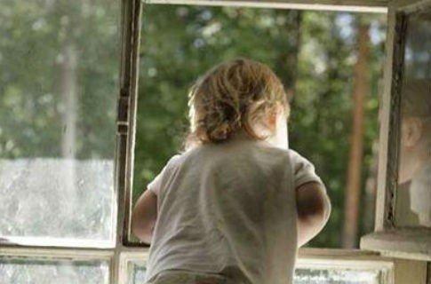 На Львовщине из окна многоэтажки выпал 2-летний ребенок