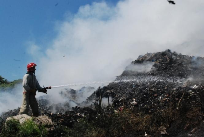 На свалке возле Львова уже четвертые сутки не могут потушить пожар