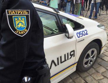 Львовские патрульные вернули четырехлетнюю девочку домой, которая ночью гуляла по городу