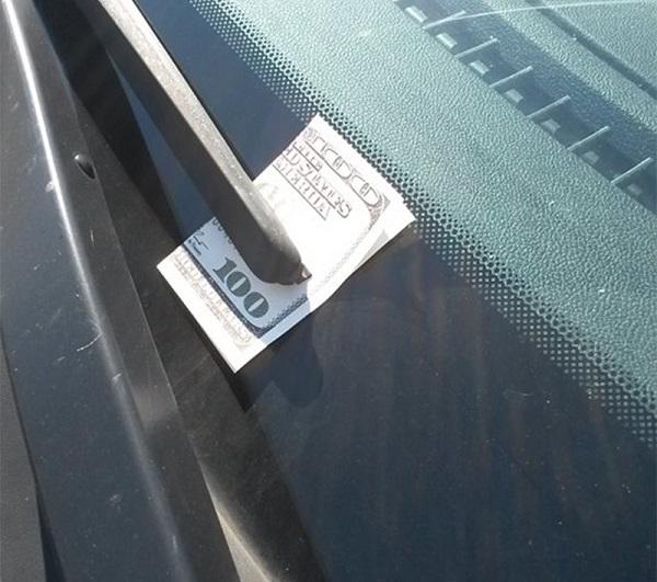 Увидев ЭТО на лобовом стекле, скорее садись в машину и уезжай!  (ФОТО)