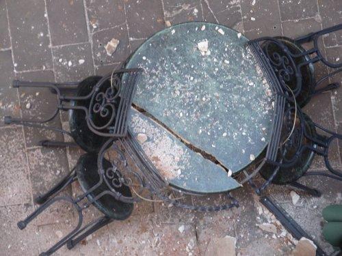 В центре Львова штукатурка дома обвалилась на летнюю площадку (ФОТО)