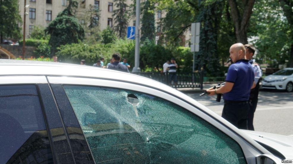 Сети в восторге от видео с реакцией девушки на террориста в Алматы (ВИДЕО)