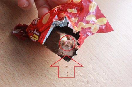 В конфетах от Президента жительница Мукачево обнаружила шокирующую находку (ФОТОФАКТ)