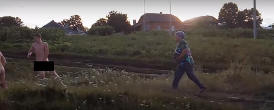 В Тернопольской области двое ребят ходили голышом за бабушкой из-за того, что рвали кабачки на ее огороде (ВИДЕО + 18)