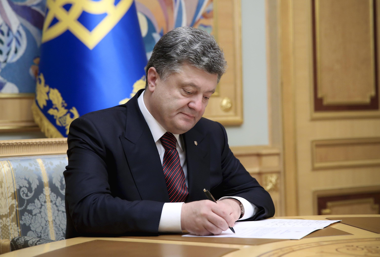 Порошенко наградил более 150 бойцов АТО