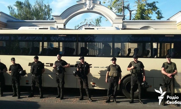 Протестующие приехали к дому Порошенко