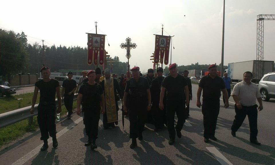 Участники крестного хода с Бориспольской трассы направились на ночлег на автобусах