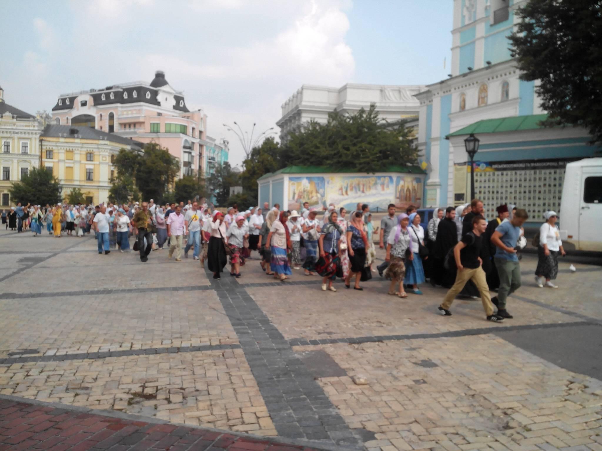 Наблюдатели сообщают о двух задержанных участниках Крестного хода у металлодетекторов близ Михайловского собора