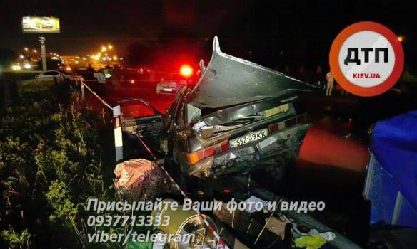 В Киеве на окружной дороге водитель внедорожника, скрываясь от полиции, буквально протаранил «Волгу»