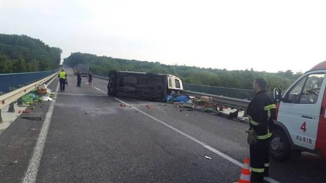 Во Львовской обл. микроавтобус столкнулся с грузовиком, погиб мужчина