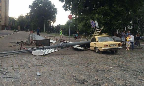 В Харькове рухнувший столб расплющил легковушку