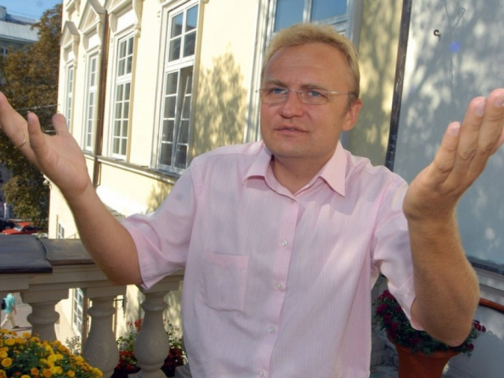 Как у Садового поиздевались над государственным флагом (ФОТО, ВИДЕО)