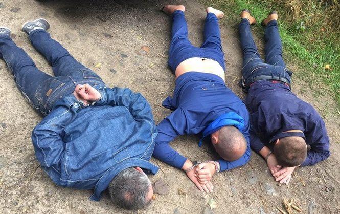 В Ровенской области преступники месяц грабили копателей янтаря, выдавая себя за правоохранителей