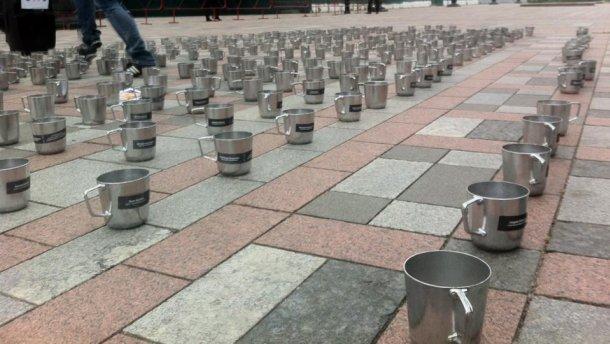 Тюремные кружки для депутатов: активисты устроили акцию под Верховной Радой (ФОТО, ВИДЕО)