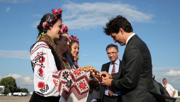 У Порошенко рассказали, когда ждать зоны свободной торговли с Канадой
