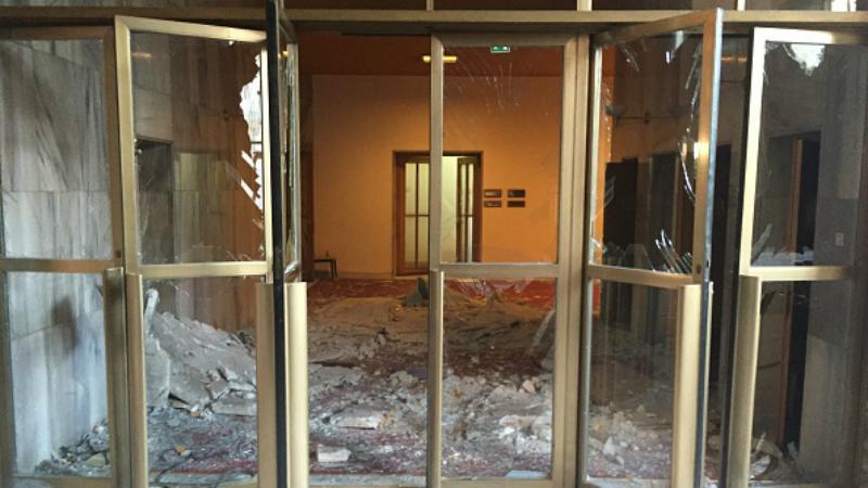 Разбитые окна и разбитые стены: как выглядит парламент Турции после бомбардировок (ФОТО)