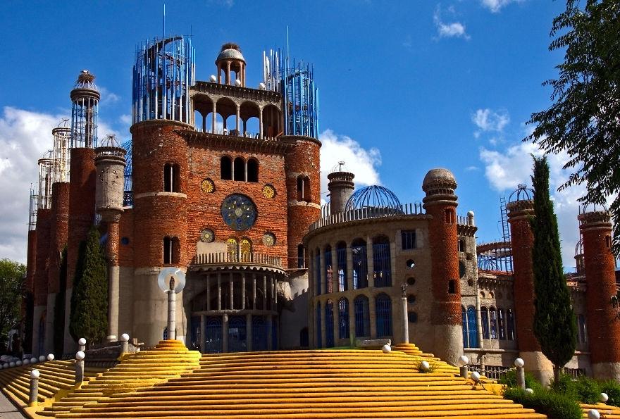 Удивительная история испанца, который собственноручно возводит грандиозный храм
