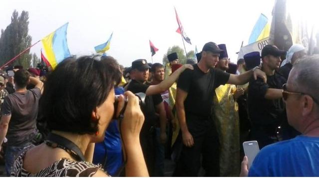 Крестный ход миновал акцию протеста и направляется в Киев