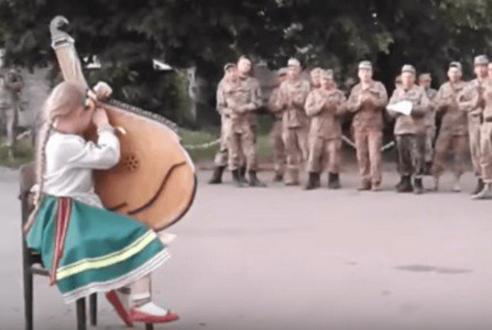 «Вставайте боронити Україну!» Маленькая девочка расплакалась перед бойцами ВСУ (ВИДЕО)
