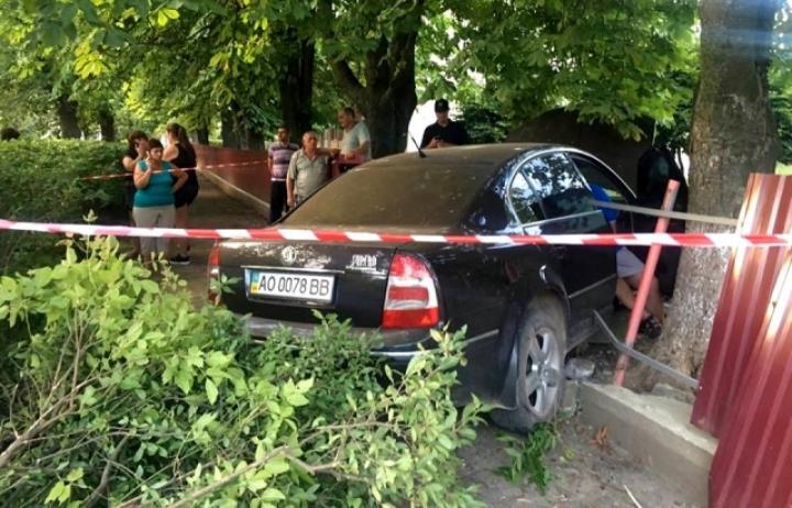 В Ужгороде пьяный ГАИшник на авто протаранил забор детского сада (ВИДЕО 18+)