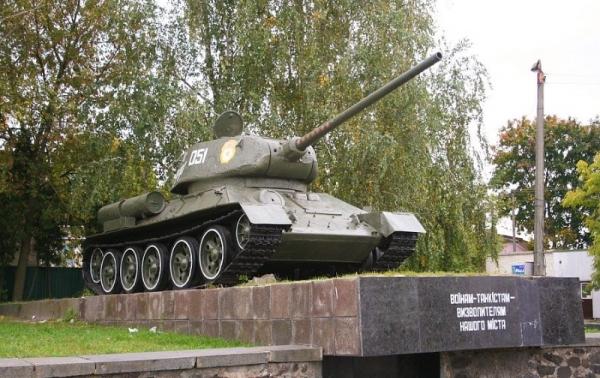 В Киеве пьяная супружеская пара разрисовала памятник танкистам времен Второй Мировой войны (ФОТО)