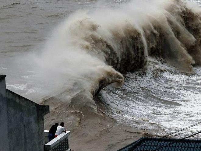 Мощный тайфун «Непарк» добрался до материкового Китая (ВИДЕО)