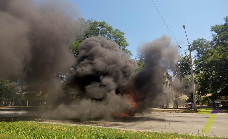 В Одессе на ходу загорелась и дотла сгорела иномарка (ФОТО, ВИДЕО)