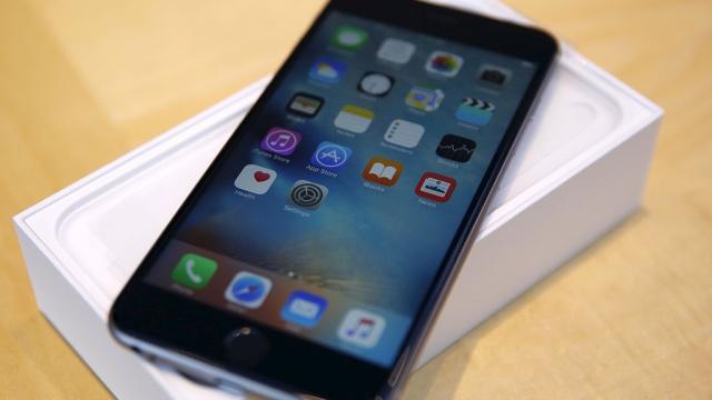 Закарпатский пограничник заставил контрабандиста подарить ему iPhone 6S