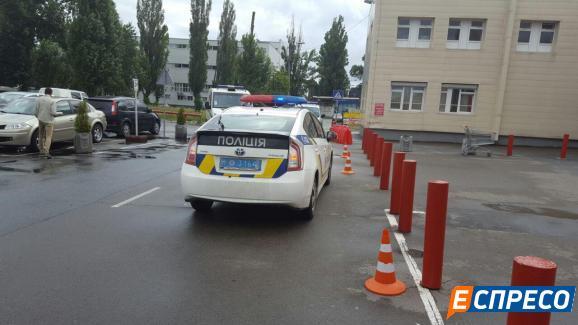 В Киеве грабитель угрожал взорвать гранату посреди «Ашана»