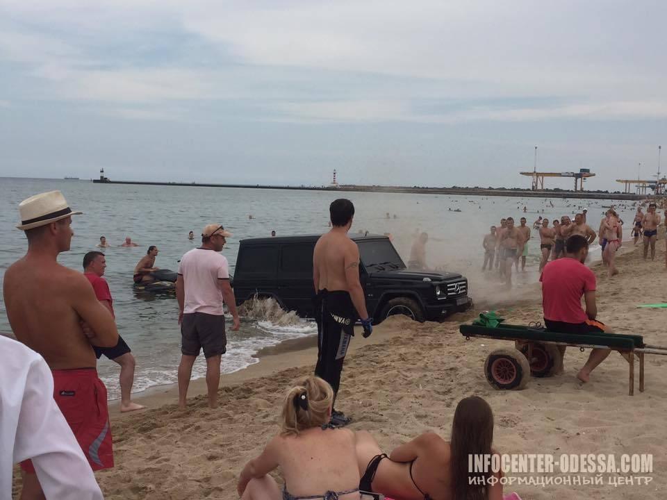 В Одессе на пляже отдыхающие утопили «Гелик»(фото)