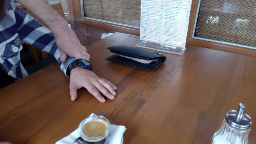 За чашечкой кофе: на Закарпатье задержали полицейского-взяточника (ФОТО)