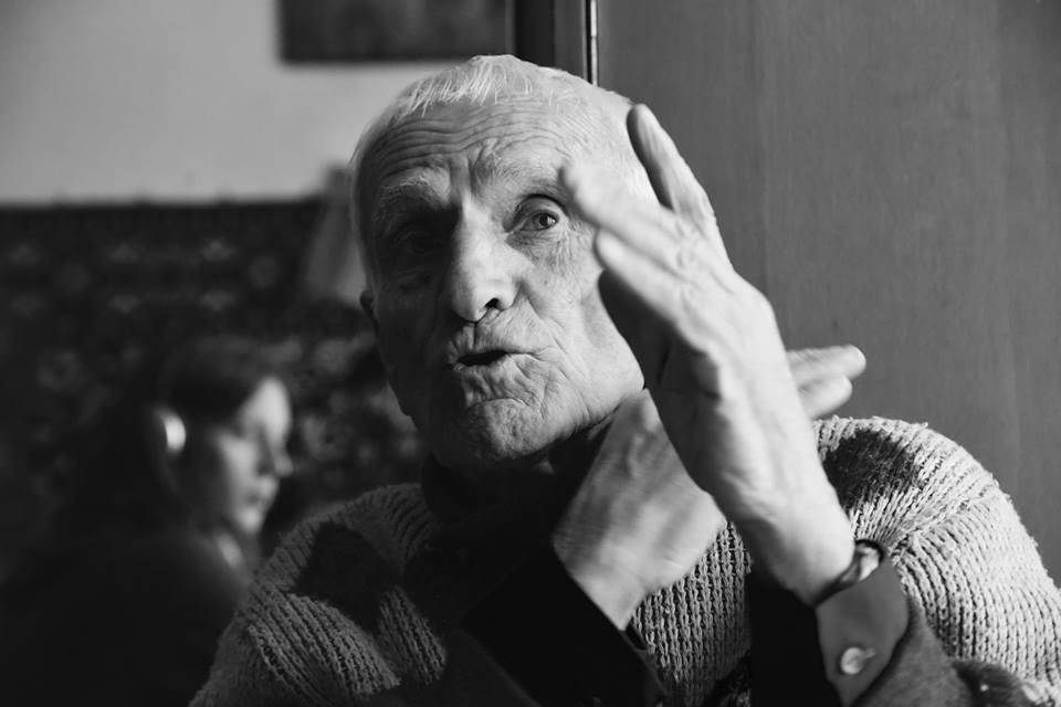 Как немецкий журналист поддерживает пенсионеров во Львове (фото)