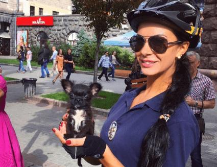 Сексуальный коп Людмила Милевич гуляет по улице без нижнего белья (ФОТО)