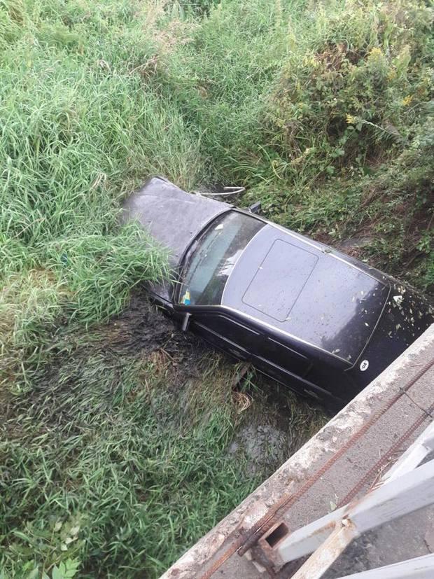 Как автомобиль слетел с моста возле Львова (ФОТО)