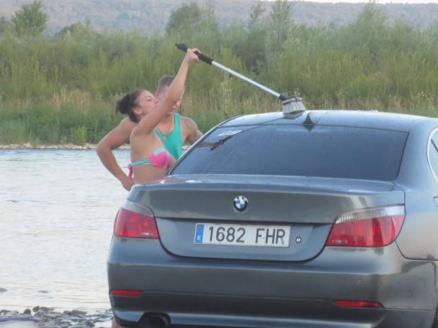 «Гуцульский рагулизм»: пара вымыла BMW в местной реке