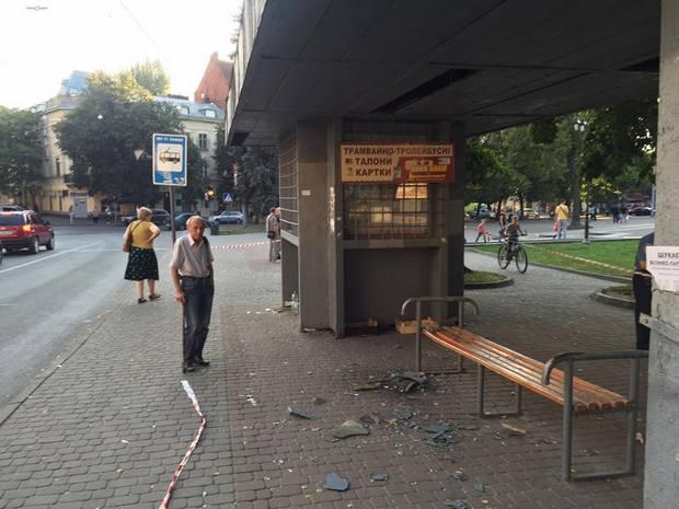 Во Львове обвалилась остановка: пострадали две женщины (ФОТО)